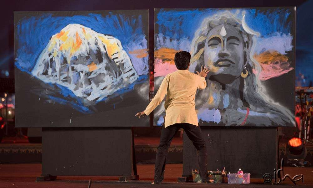 Vilas Nayak speed-painting Kailash and Adiyogi right in front of everyone's eyes to a tune of Sounds of Isha
