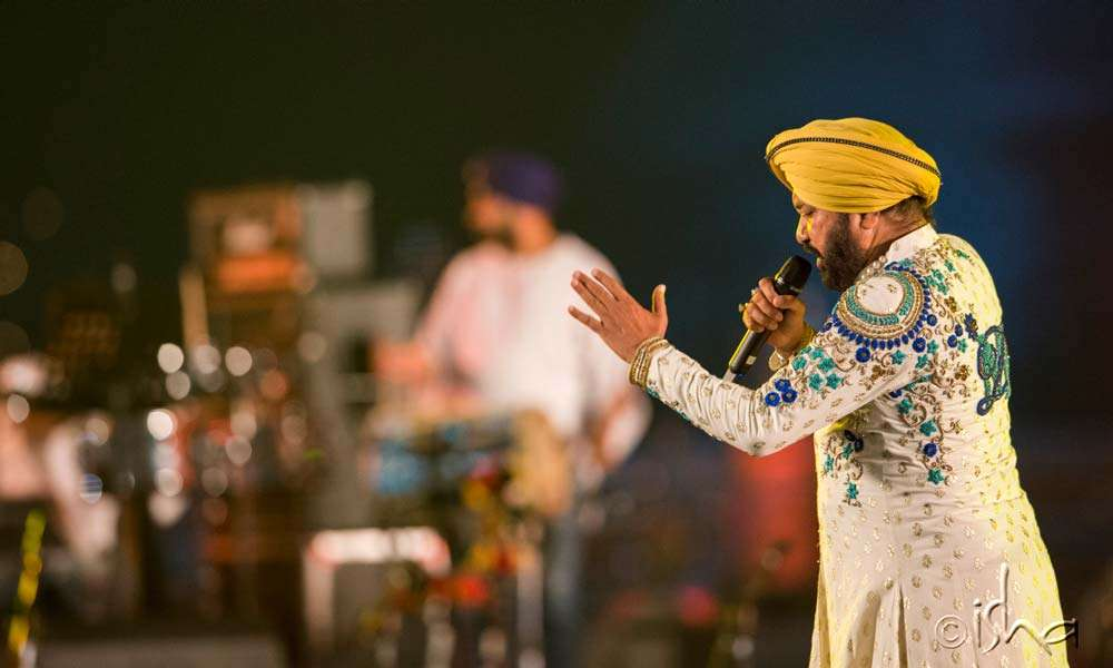 Daler Mehndi setting the night on fire with his energetic performance