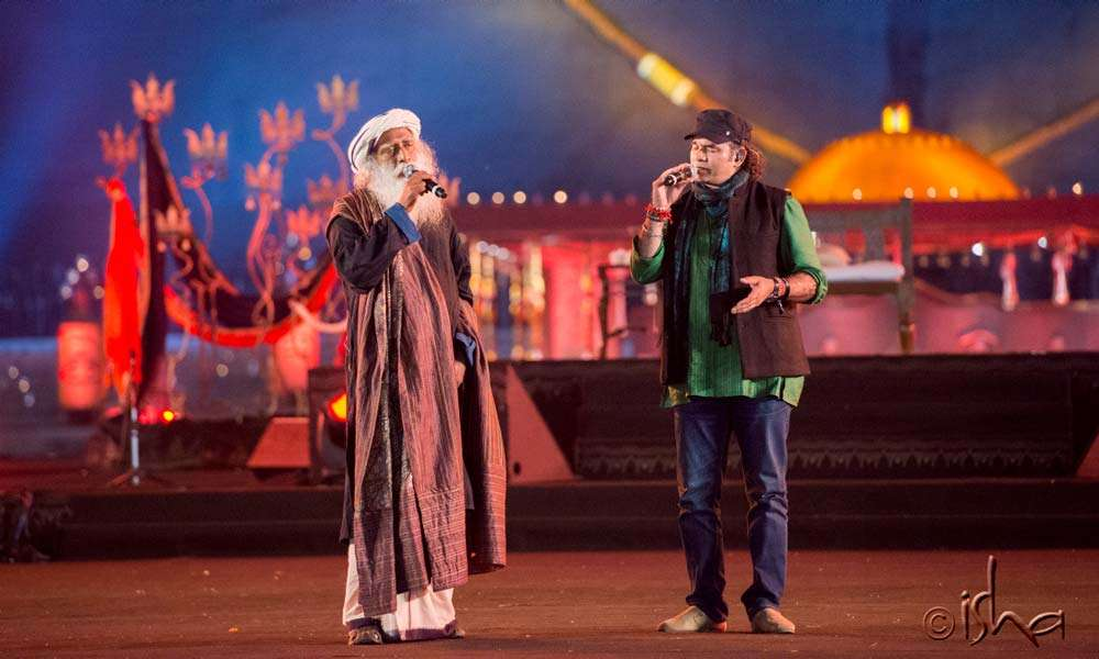 "As the morning nears, Sadhguru joins Mohit Chauhan on stage for the iconic ""Shiva Kailasho ke wasi"" song"