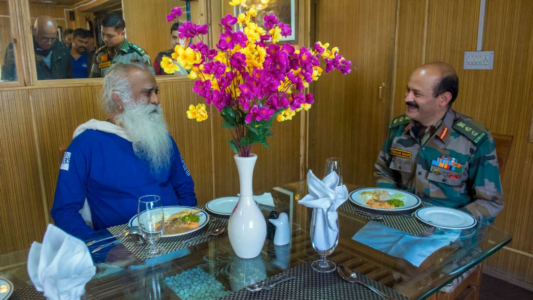 10-sadhguru-isha-wisdom-spot-sadhguru-with-indian-army-soldiers-at-leh-ladakh-siachen-living-a-warriors-life-10-20180620_SUN_0280