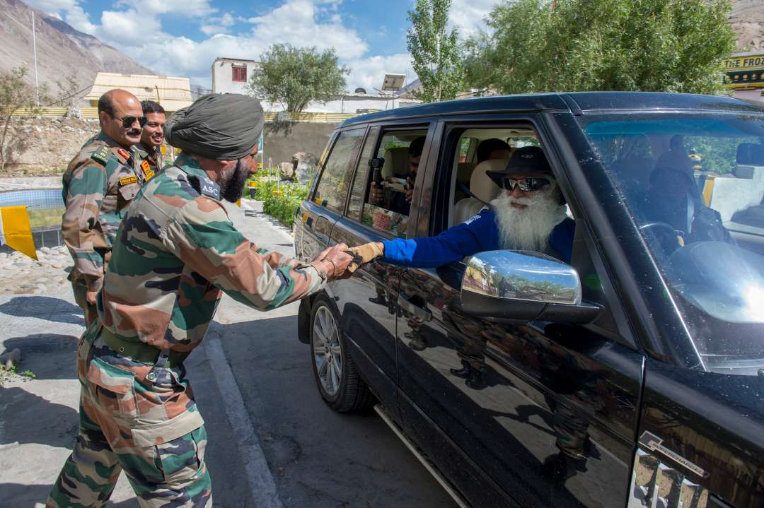11-sadhguru-isha-wisdom-spot-sadhguru-with-indian-army-soldiers-at-leh-ladakh-siachen-living-a-warriors-life-20180620_SUN_0311