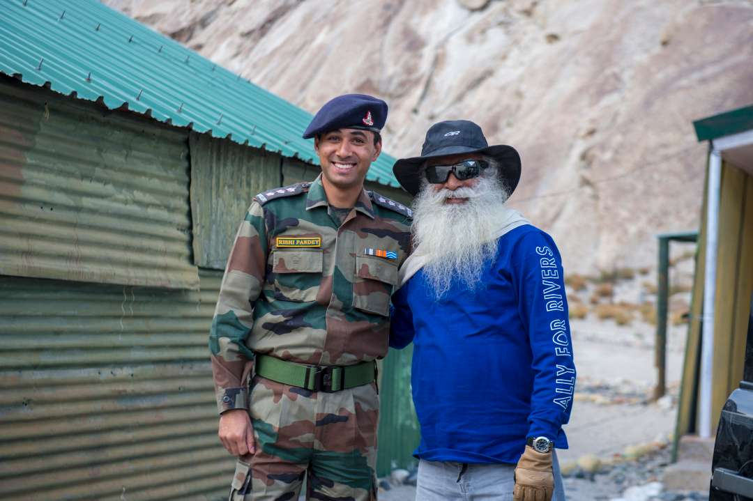 13-sadhguru-isha-wisdom-spot-sadhguru-with-indian-army-soldiers-at-leh-ladakh-siachen-living-a-warriors-life-20180620_SUN_0339