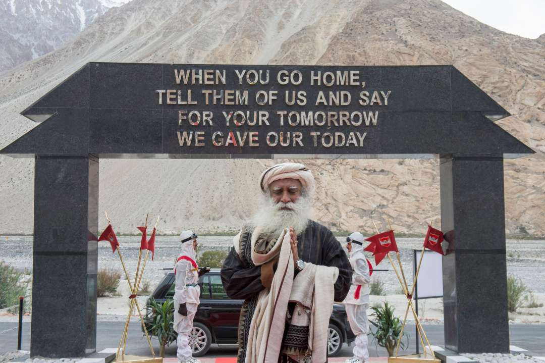 19-sadhguru-isha-wisdom-spot-sadhguru-with-indian-army-soldiers-at-leh-ladakh-siachen-living-a-warriors-life-20180621_SUN_0729