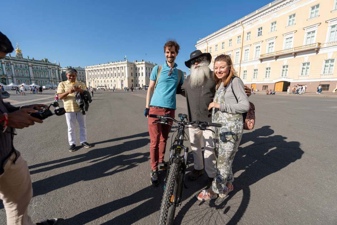 Russian people take a picture with Sadhguru in Moscow, June 2018