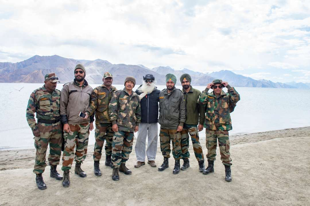 23-sadhguru-isha-wisdom-spot-sadhguru-with-indian-army-soldiers-at-leh-ladakh-siachen-living-a-warriors-life-20180622_SUN_0389
