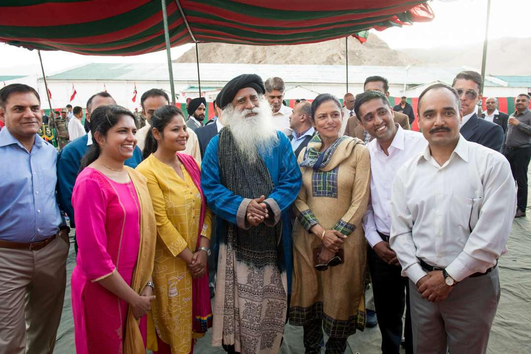 4-sadhguru-isha-wisdom-spot-sadhguru-with-indian-army-soldiers-at-leh-ladakh-siachen-living-a-warriors-life-20180619_SUN_0633-e_0.jpg