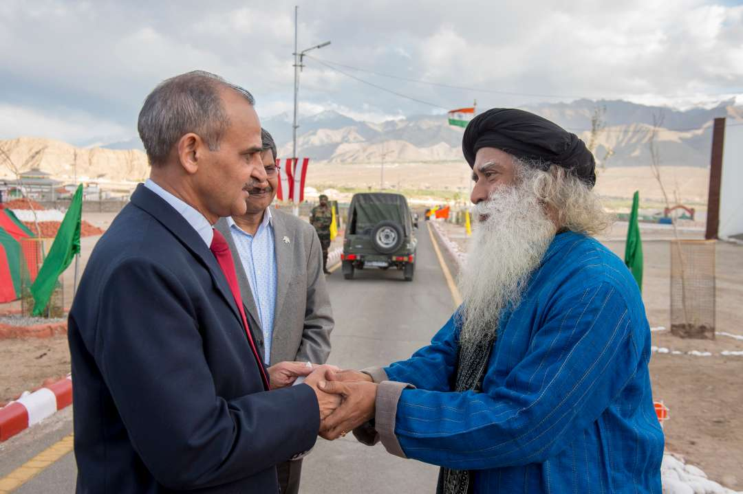 5-sadhguru-isha-wisdom-spot-sadhguru-with-indian-army-soldiers-at-leh-ladakh-siachen-living-a-warriors-life-20180619_SUN_0663-e.jpg