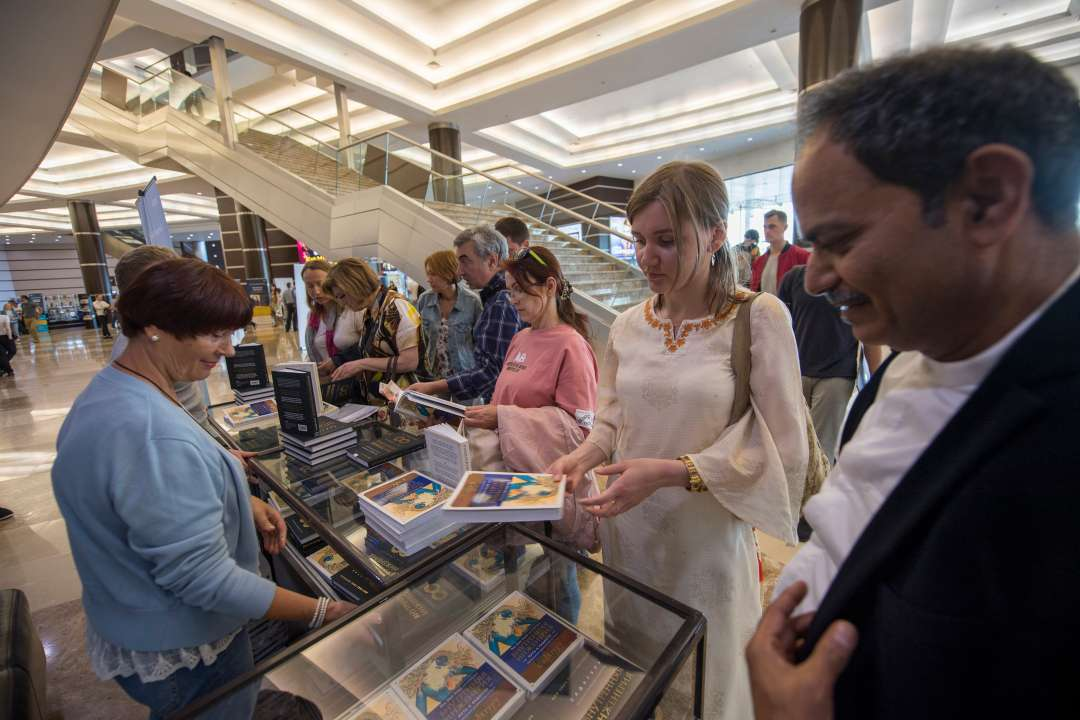 "Russian people buying Inner Engineering Book before the ""Wisdom, Meditation, Bliss"" program in June 2018"