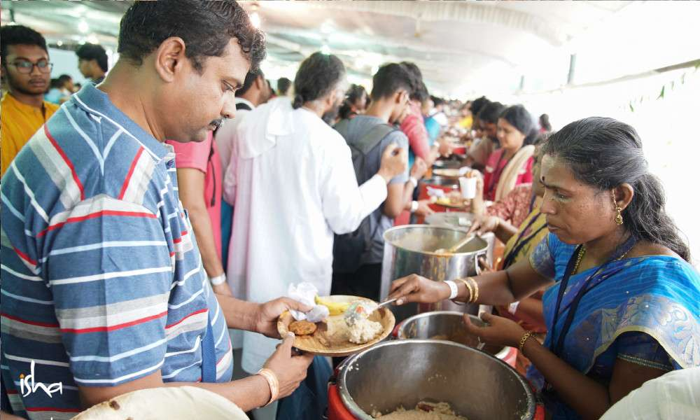 isha-blog-article-iecs-chennai-volunteers-serving-lunch
