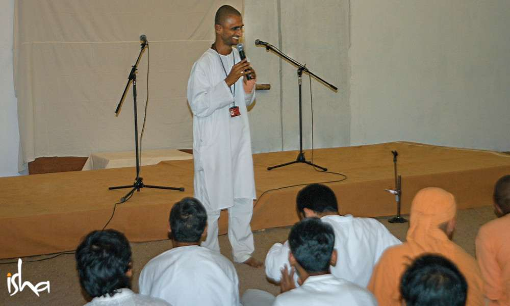 isha-blog-article-on-the-path-of-the-divine-swami-suyagna-with-ashram-inmates