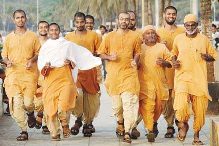 isha-bramacharies-participating-in-isha-vidhya-marathon