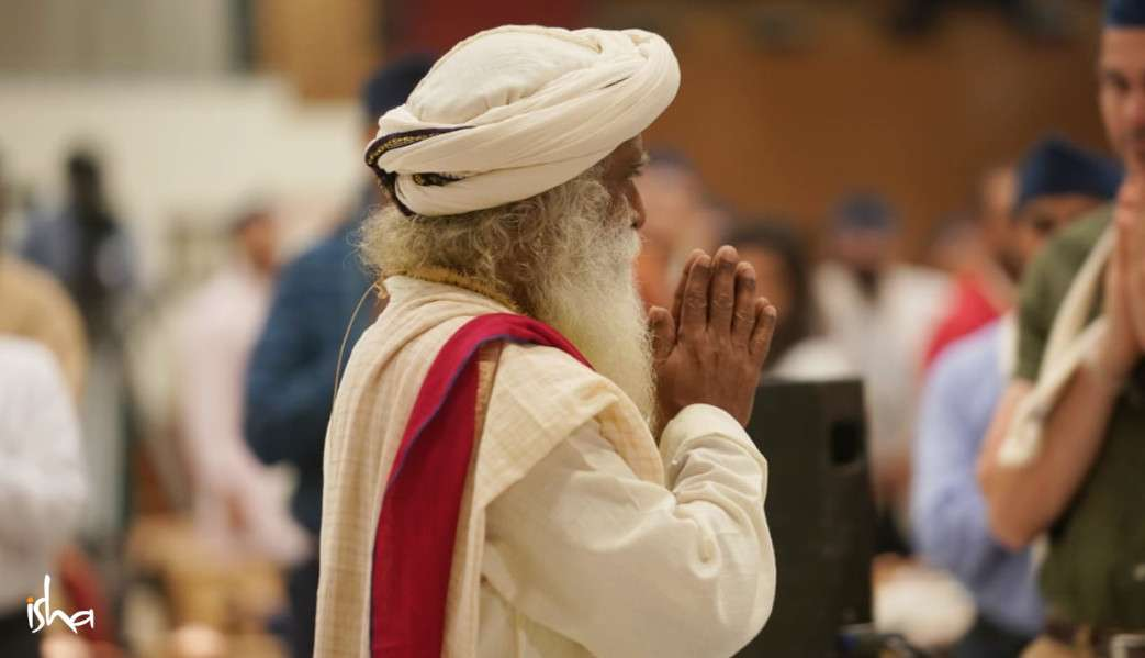 isha_blog_article_insight_2019_day1_Sadhguru_enters_hall
