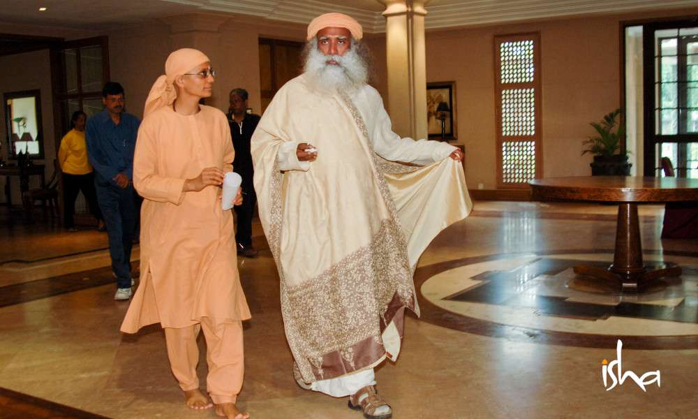 on-the-path-of-the-divine-maa-gambiri-and-sadhguru-pic