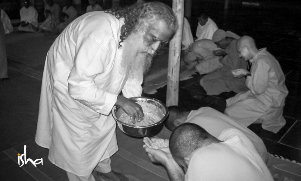 sadhguru offering food to sw gurubiksha