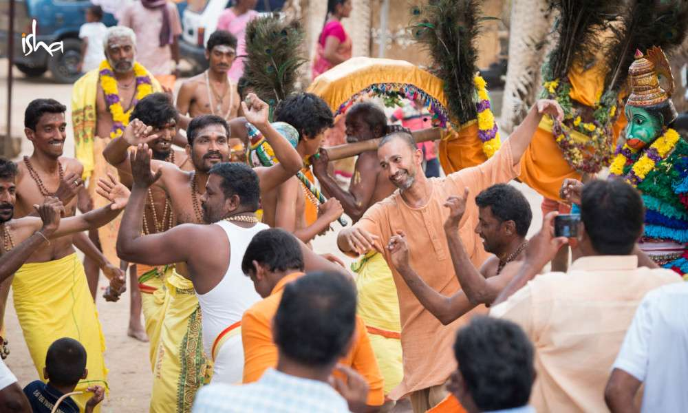 sadhguru-isha-blog-article-on-the-path-of-the-divine-sw-patanga-local-temple-festival