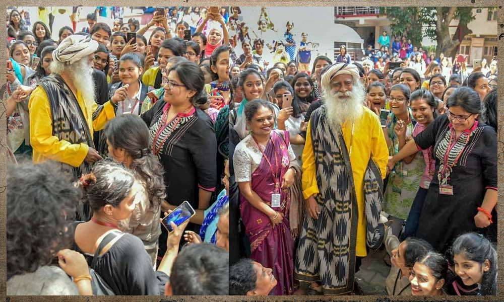 Sadhguru interacting with students of Mount Carmel College, Bengaluru after the Youth and Truth conversation