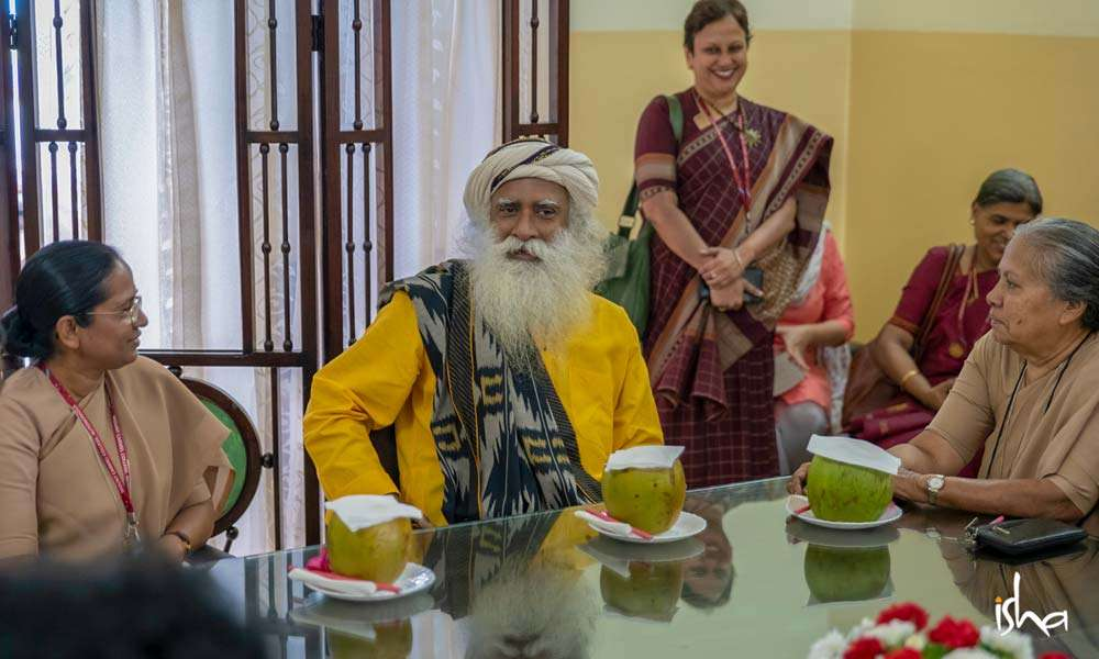 Sadhguru having a chat with the Principal of Mount Carmel College before the commencement of the Youth and Truth event