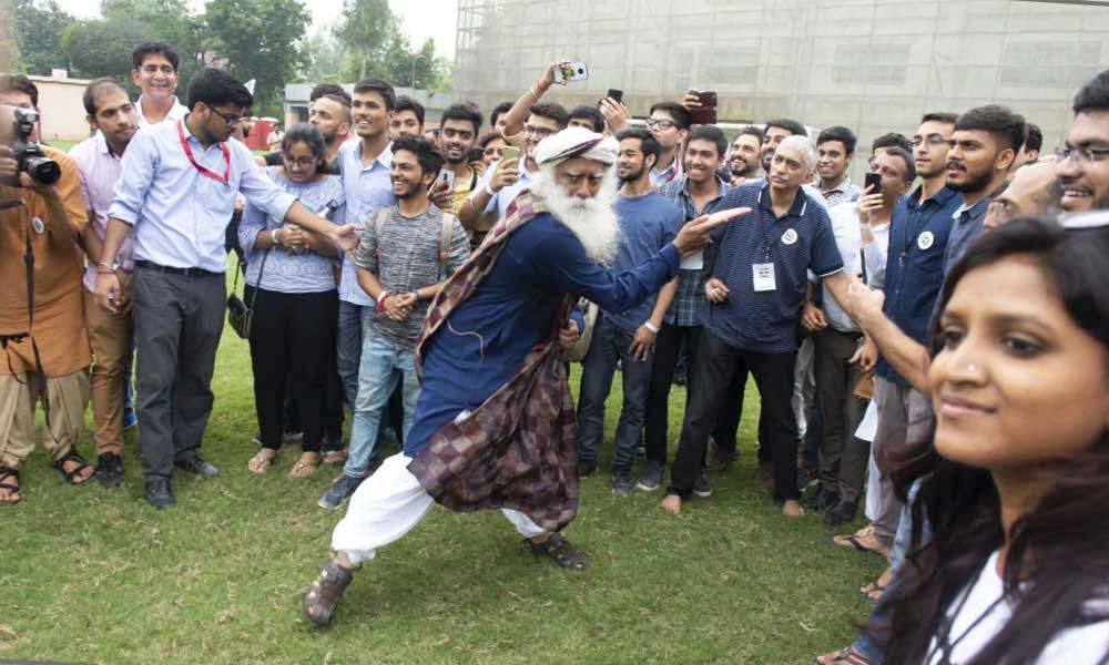 Sadhguru plays Frisbee with SRCC students | Youth AND Truth kicks off at Shri Ram College of Commerce, Delhi on September 4, 2018