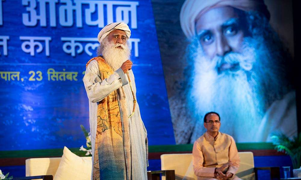 Sadhguru with the Chief Minister of Madhya Pradesh, Shri Shivraj Singh Chauhan, at the Bhopal Rally for Rivers event, September 2017.