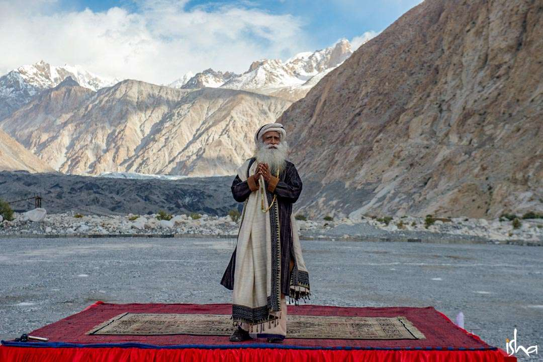Sadhguru offering Yoga to BSF soldiers at Siachen