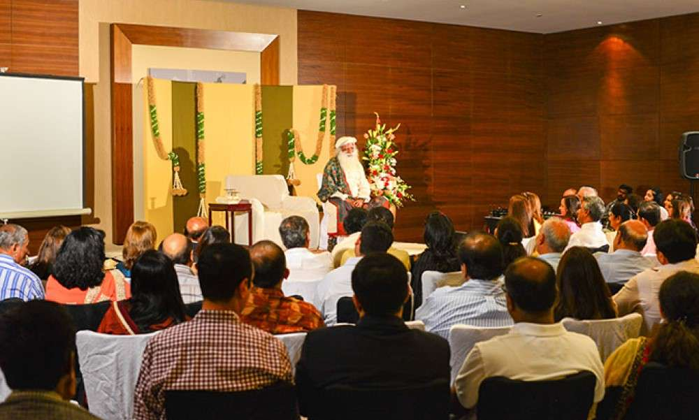 hall-overflowing-sadhguru-in-dubai