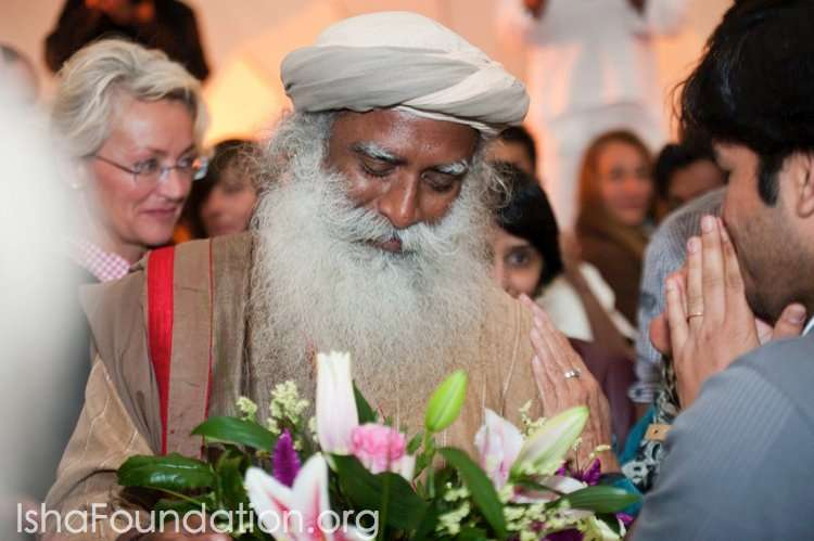 Meditators greet Sadhguru at the Berlin airport