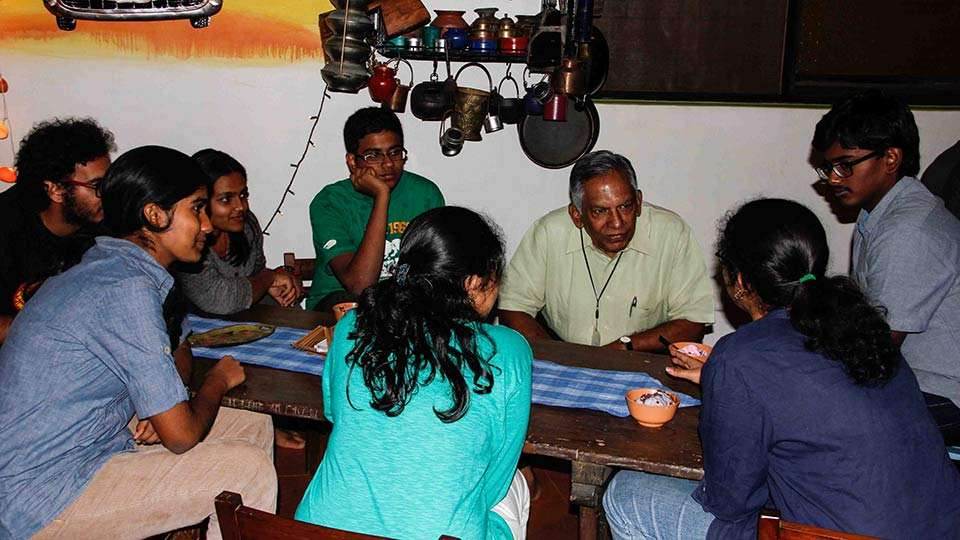 MV Subbiah discussing with Isha Home School students at Maatu Mane Cafe