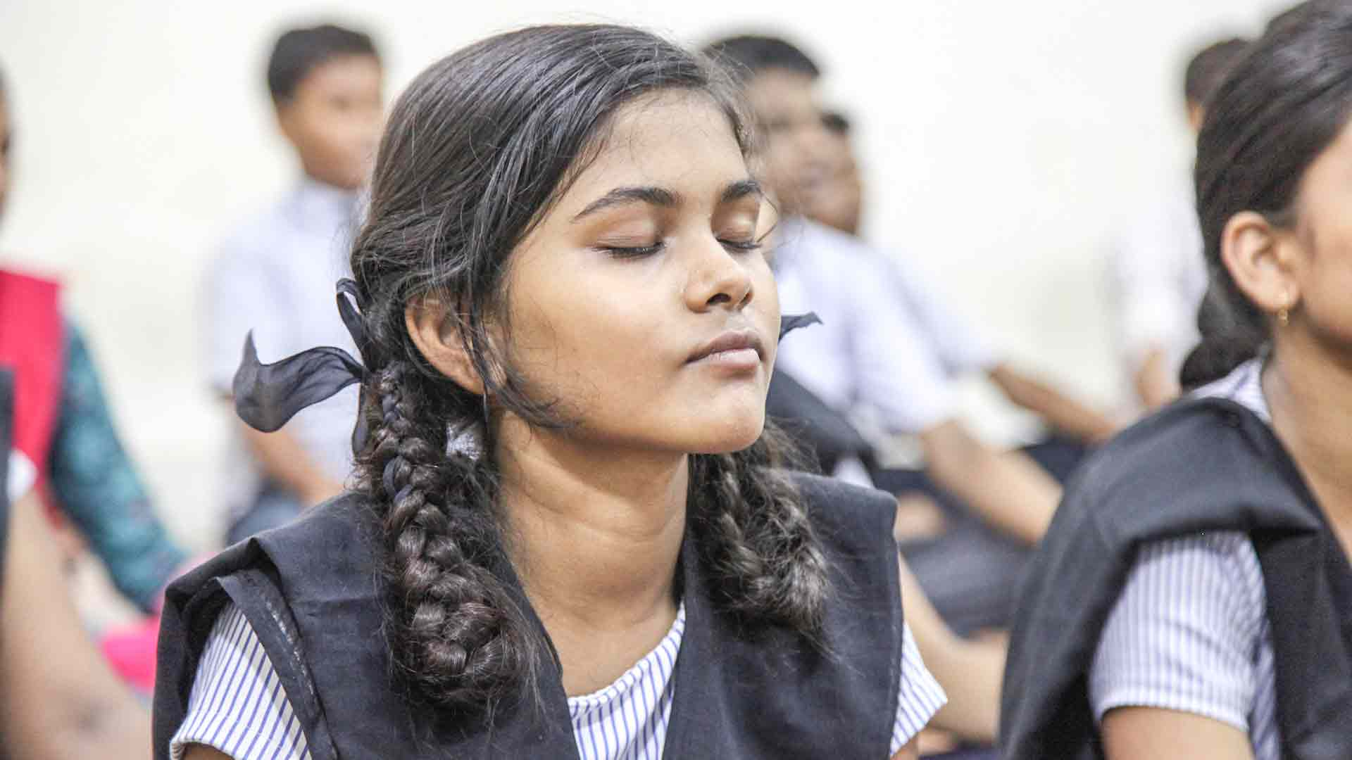 100,000 School children in Mumbai Learn Isha Upa-Yoga