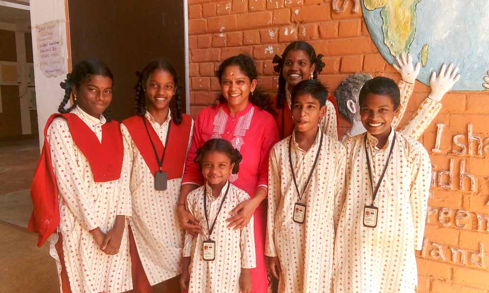 Isha Volunteer, Mrs. Anbumalar of USA, with Isha Vidhya Cuddalore Students | A Flourishing Fountain that Keeps on Flowing