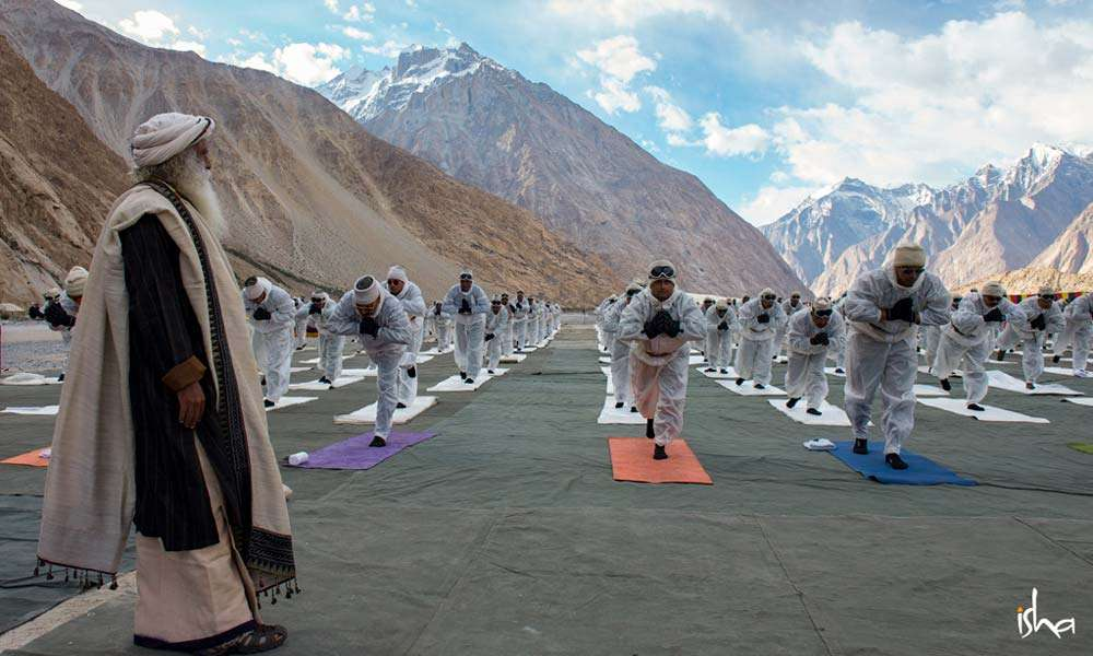 Sadhguru observes the BSF soldiers at Siachen doing Angamardana on International Yoga Day, 2018 | Yoga on the Glacier