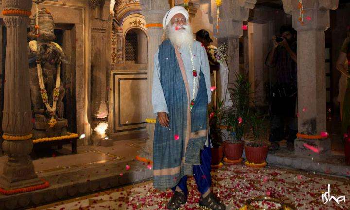 Sadhguru showered in rose petals, welcoming him in Kashi | Just Playing...